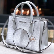 Michael Kors Hope medium messenger logo aluminium šedá